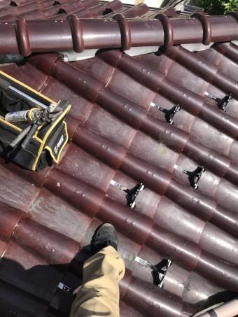 後付け雪止めを千鳥施工している日立市の屋根