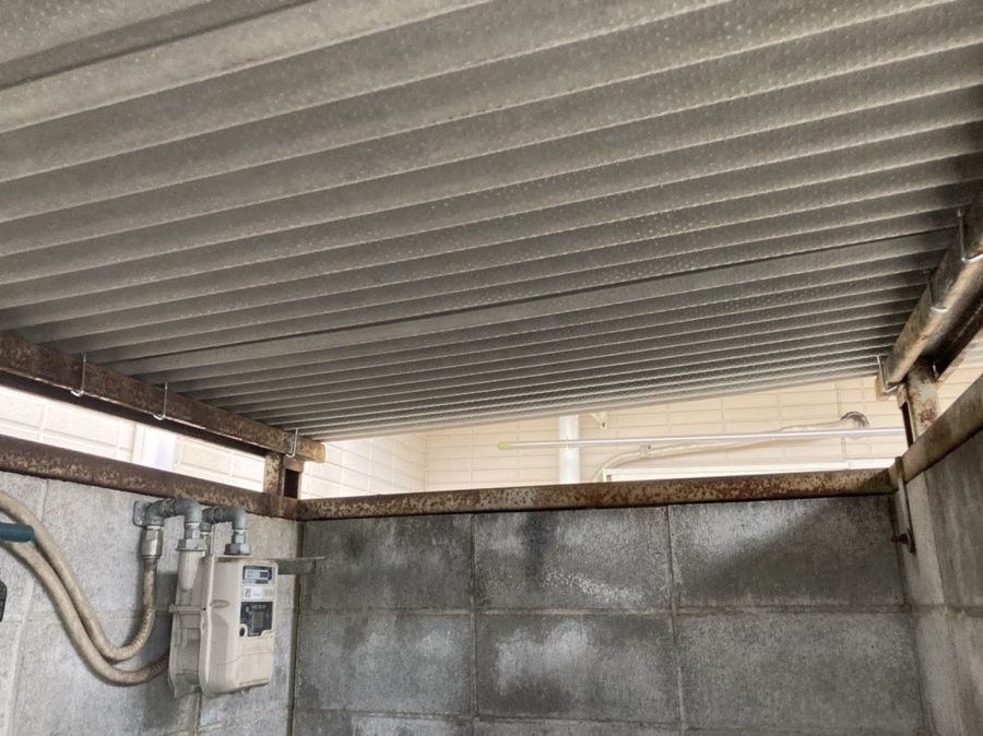 交換が完了した波板スレート屋根の裏地