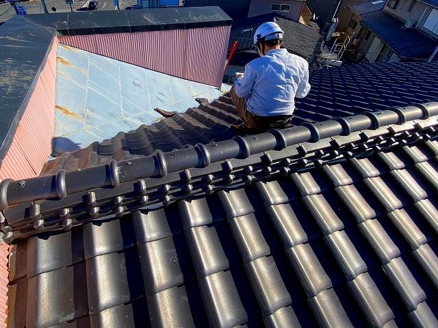 瓦屋根の無料調査を進めているスタッフ