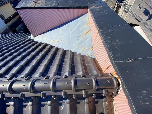瓦屋根との取り合いがあるパラペット