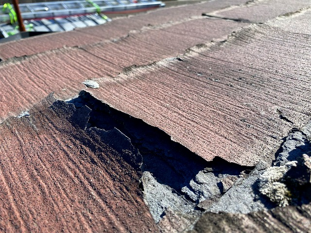 屋根材の表面が剥がれています