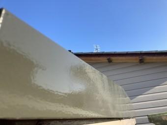 車庫の凹凸部への塗装が完了し艶が蘇った様子