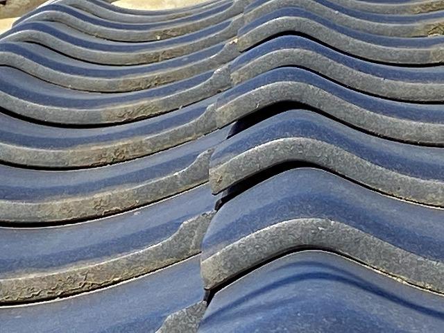 瓦浮きが見られる屋根