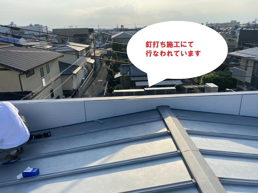 水戸市のパラペット屋根雨漏り修理はどぶ溝カバーと外壁通気工法でコーナーから基準となる部分を貼って釘打ち施工が行なわれています