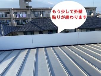 水戸市のパラペット屋根雨漏り修理はどぶ溝カバーと外壁通気工法でコーナーから基準となる部分を貼って釘打ち施工が行なわれてもう少しで終わります