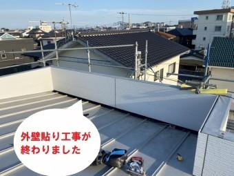 水戸市のパラペット屋根雨漏り修理はどぶ溝カバーと外壁通気工法でコーナーから基準となる部分を貼って釘打ち施工が行なわれ、終わりました
