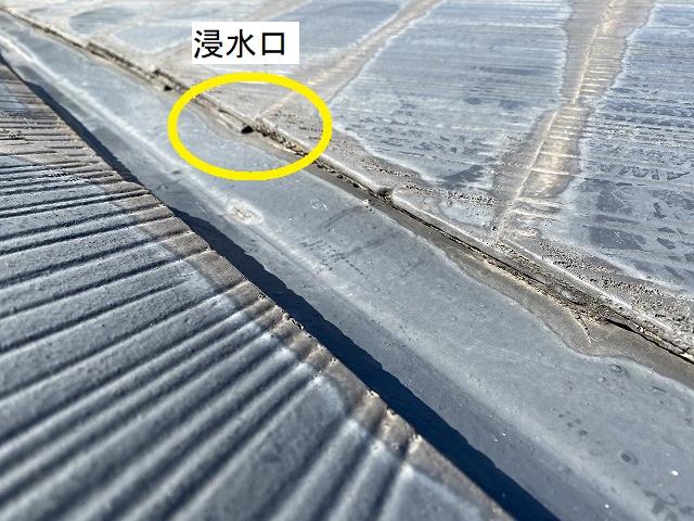 雨漏りの浸水口と判明した、谷板金とスレート屋根材の隙間