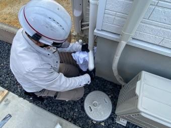 雨樋のクランク部を仕上げるスタッフ