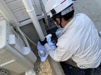 交換雨樋の向きを調整するスタッフ