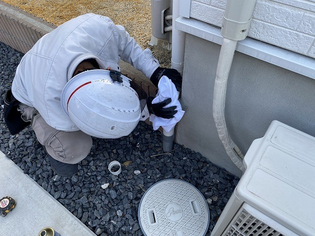 仕上げに、交換補修した雨樋を磨き上げるスタッフ