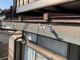水勾配の基準となる水糸を目安に支持金具を施工