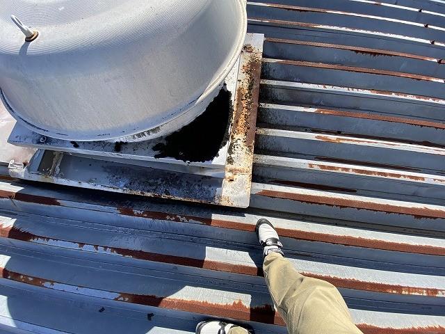 錆びた折板屋根にのる大型のルーフファン