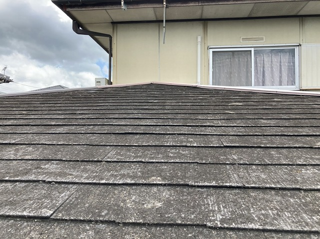 経年により塗膜が完全に剥がれて状態のスレート屋根材