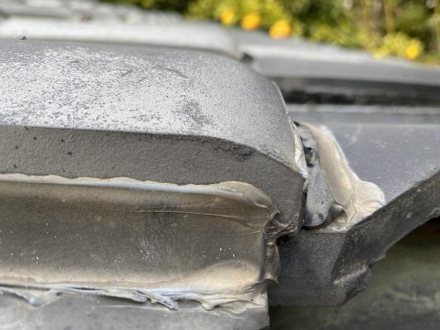 瓦に、たっぷり塗られたラバ―ロック