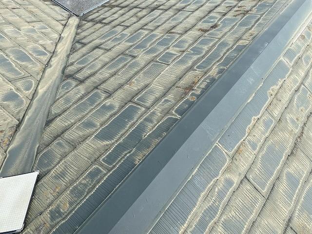 コロニアル屋根材の塗膜が完全に剥離し、白っぽくなっている