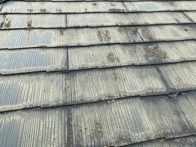 メンテナンス時期が過ぎた状態のコロニアル屋根
