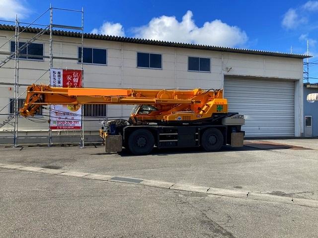 桜川市の屋根カバー工法で使用する大型25tラフタークレーン
