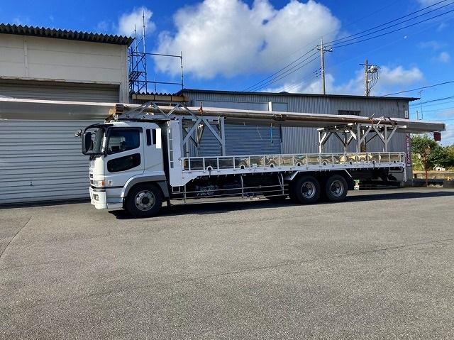 桜川市の屋根カバー工法で使用する折板屋根を積んできた大型トラック