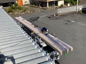 桜川市の屋根カバー工法で使用する折板屋根を玉掛している