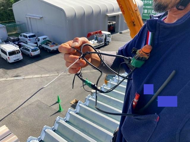 桜川市で大型クレーンで折板屋根を無線を使用しガイドする