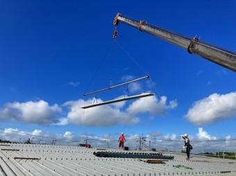 桜川市で大型クレーンで折板屋根を運んでいる所