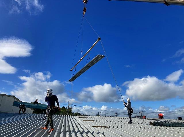 桜川市で大型クレーンで折板屋根を運んでいます