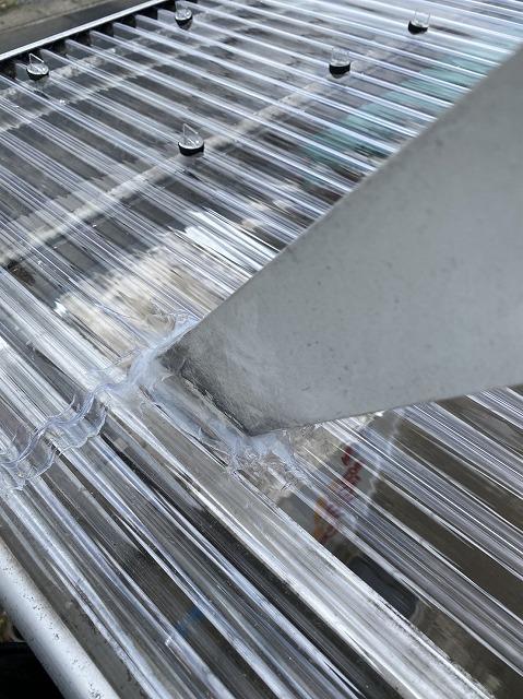 通し支柱を通した波板部に変成シリコーンでコーキング