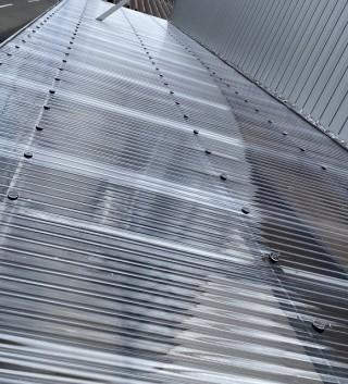 クリア色の新しいポリカ波板が施工された結城市の庇