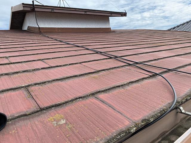 赤基調のスレートコロニアル屋根