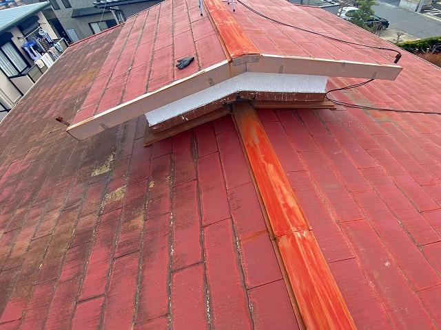 カバー工法前の経年劣化が進んだスレート屋根