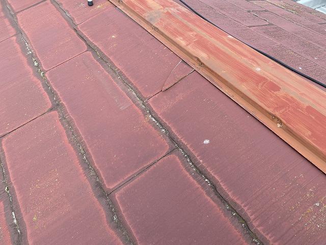 棟板金に緩衝する屋根材が破損している