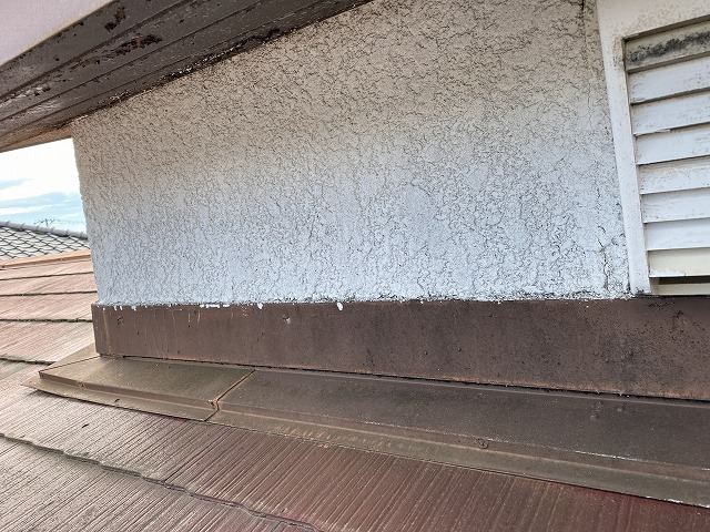 腰屋根の立ち上がり外壁は、スタッコの吹付け仕様