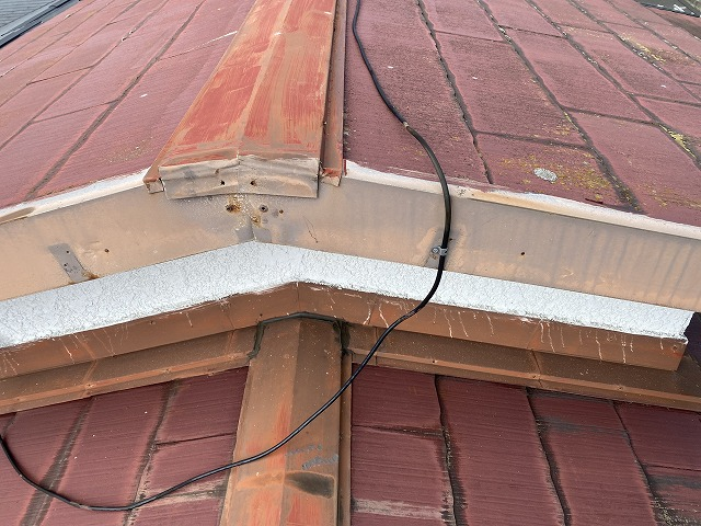 腰屋根のケラバ側からの棟板金画像