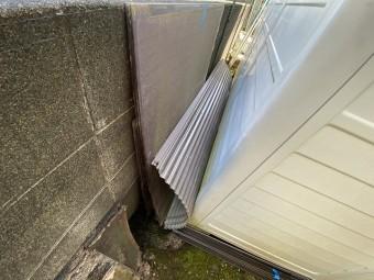 一時的に撤去したテラス屋根板を、一か所に集める