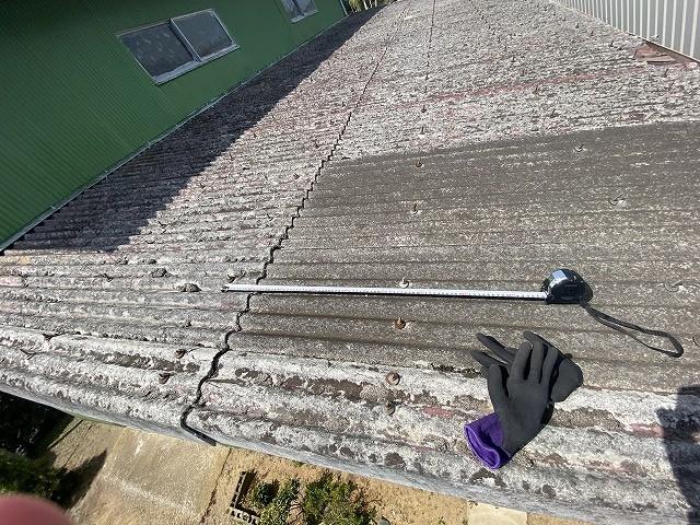 石綿スレートの留め具のピッチをスケールで計測する