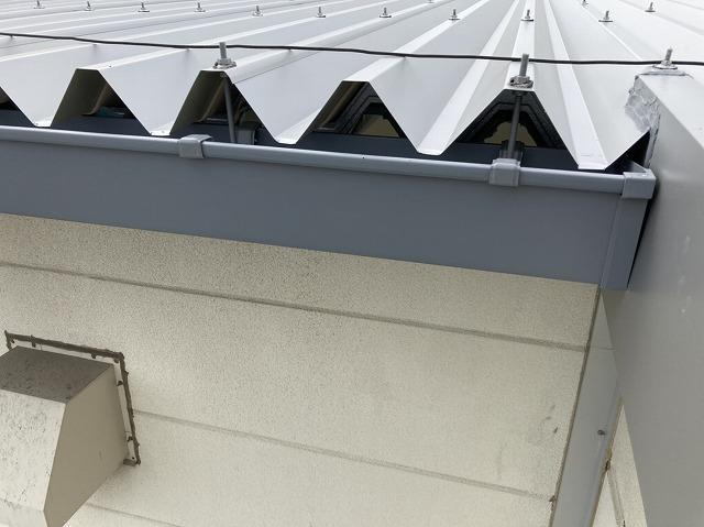 桜川市で施工中の折板屋根に新しく取り付けた大型雨樋