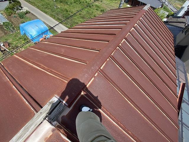 現場の屋根は縦葺きのトタン製瓦棒屋根でした