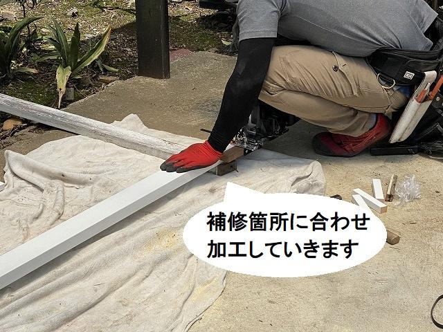 補修箇所に合わせて木材を加工する職人