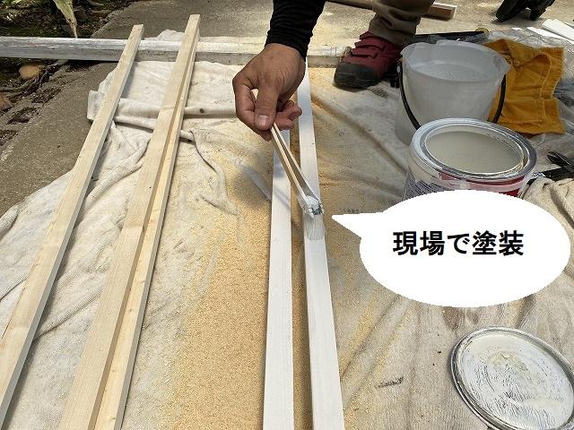 現場で木材に塗装を行う職人