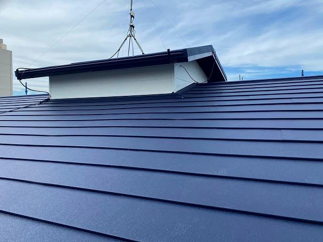 スレート屋根にスーパーガルテクトをカバー工法した現場