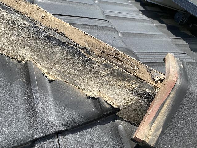 三角棟瓦の下地の垂木で腐食が進行