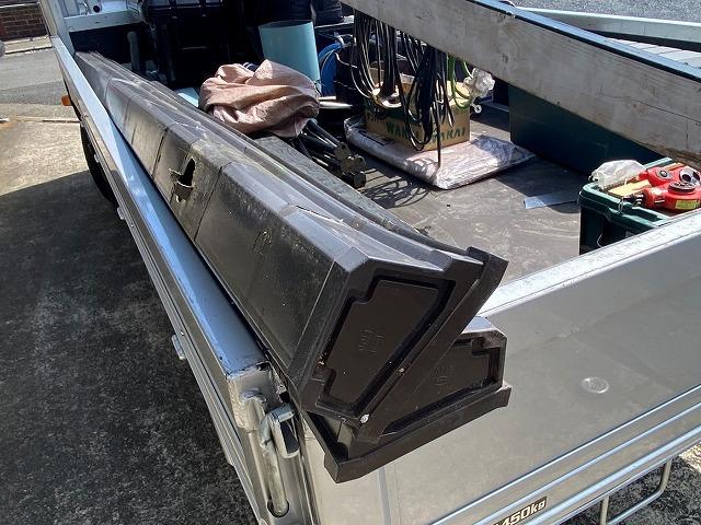 古い雨樋を外しトラックの荷台に載せた