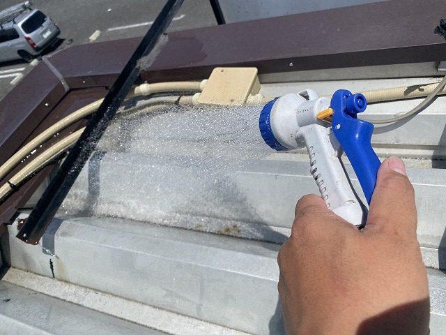 折板屋根の面戸に行う散水調査