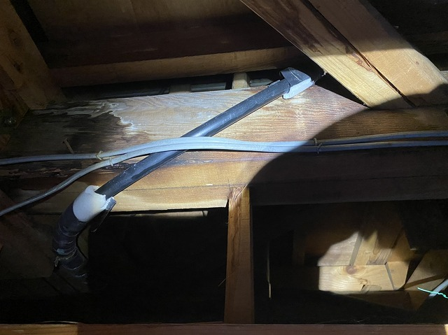 給水管の保温材を撤去した画像