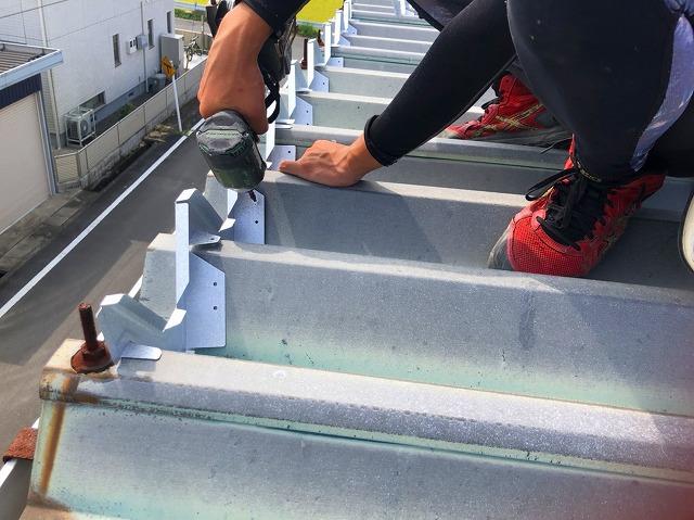 桜川市の屋根カバー工法で使用する軒先W面戸を設置しています