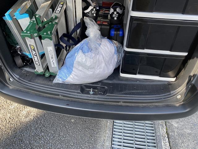 撤去したゴミを土嚢に入れ、車両に積み込んだ