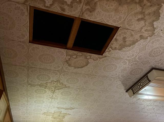 水戸市のセメント瓦屋根から雨漏りしている天井部の染み