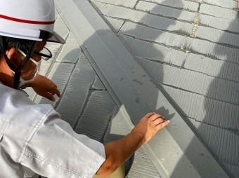水戸市のスレート屋根の棟板金を調査している