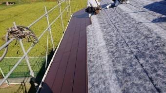 軒先方向からガルバリウム鋼板を施工していく様子
