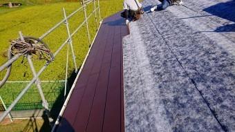 パミール屋根に粘着式防水シートを施工中